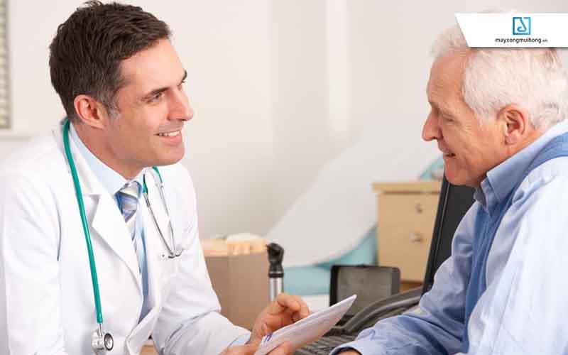 Người cao tuổi cần được thăm khám thường xuyên.