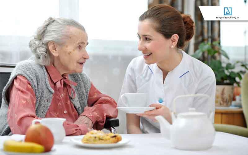 Ăn chậm, uống chậm là một trong 5 thói quen sống chậm quan trọng, giúp người cao tuổi an nhiên tận hưởng cuộc sống mà không lo vấn đề về sức khỏe.