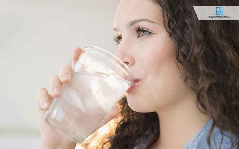 uống nước đá lạnh có gây viêm họng không