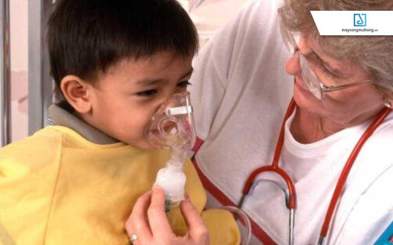 Sử dụng máy xông mũi với nước muối sinh lý tại nhà là một trong nhiều cách giúp giữ gìn sức khỏe hô hấp của trẻ.